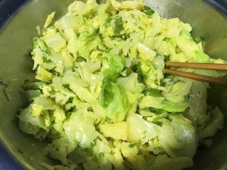 麻油蒜蓉卷心菜,拌匀。