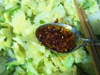 麻油蒜蓉卷心菜,一汤匙辣椒油。