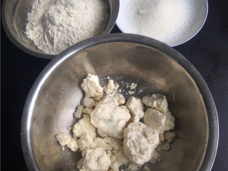 玉米煎饼,备好食材:鲜玉米粉,面粉,白糖;