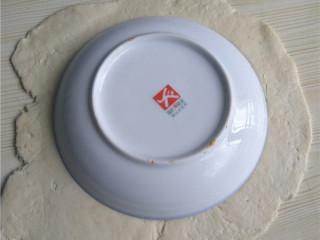 玉米煎饼,将面团擀成均匀厚薄的面片;饭碗倒扣,压出圆形面片;
