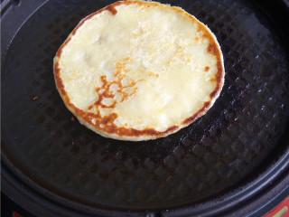 玉米煎饼,一面煎黄,翻面,煎熟即可;