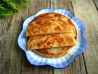 玉米煎饼,盛出,切片;【玉米煎饼】做好啦。