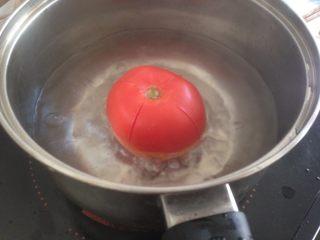 磷虾番茄意大利面,用刀在番茄表皮划十字,再煮一下