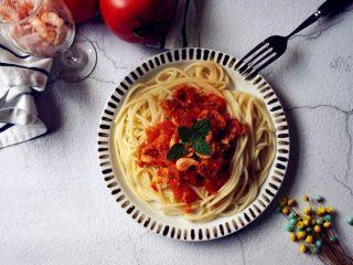 磷虾番茄意大利面,煮好的意面捞起来,加入橄榄油拌匀一下盛盘,上面铺磷虾番茄酱即可