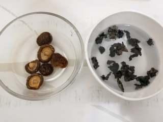 家常炖鸡汤,干香菇和木耳用温水泡上。