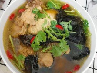 家常炖鸡汤,也可以不腌不炒直接炖,这样鸡肉的味道比较淡,汤也是好喝的。