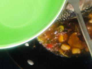 红烧鲫鱼,倒入适量的清水没过鱼就好