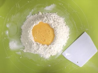 葡萄干萨其马,鸡蛋打散以后,慢慢加入到面粉中,一边加,一边借助切面板翻拌