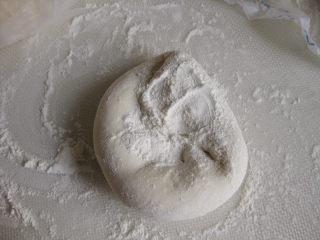 山东大馒头,如果感觉面团较软,可掺入适量的干粉,使劲揉至干粉全部融合到面团中,这样处理就是戗面,也叫山东戗面馒头