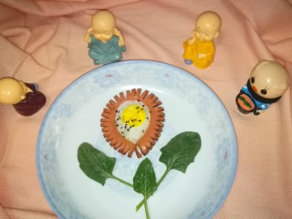 火腿肠太阳蛋,放进盘子再来一个,准备开吃!