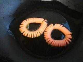 火腿肠太阳蛋,把固定好的火腿肠放入