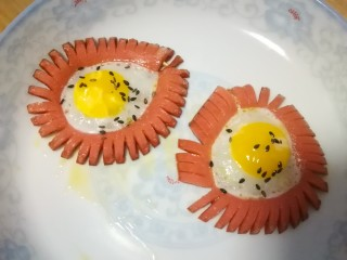 火腿肠太阳蛋,撒适量黑芝麻