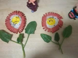 火腿肠太阳蛋,用菠菜叶点缀一下