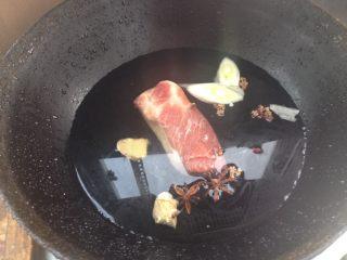 蒜苔炒回锅肉,锅内倒入凉水,放入五花肉,姜片葱花,花椒和八角
