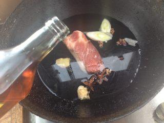蒜苔炒回锅肉,倒入料酒,烧开后转中火继续煮