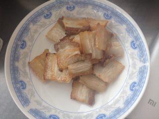 蒜苔炒回锅肉,煎好的五花肉盛出备用