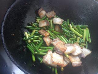 蒜苔炒回锅肉,倒入五花肉,翻炒