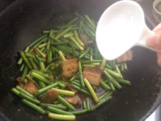 蒜苔炒回锅肉,加盐调味