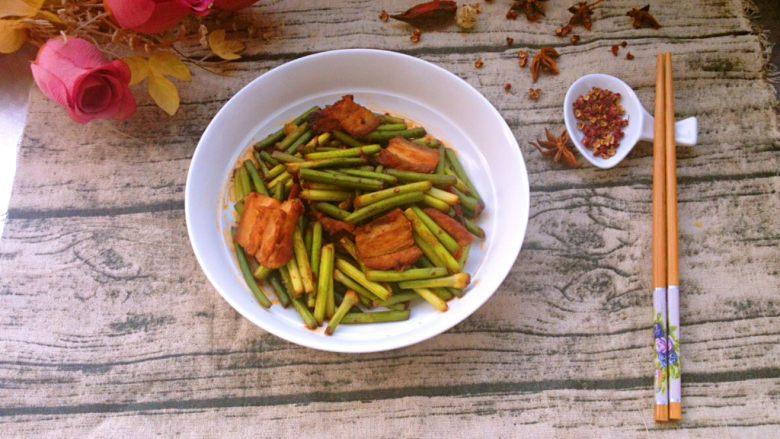 蒜苔炒回锅肉,盛出