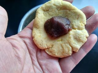 芝麻红薯球,取糯米团,放适量的豆沙,搓成圆球。
