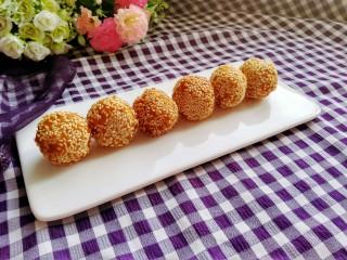 芝麻红薯球,炸好了,趁热吃,又香又糯又甜,很不错哦!