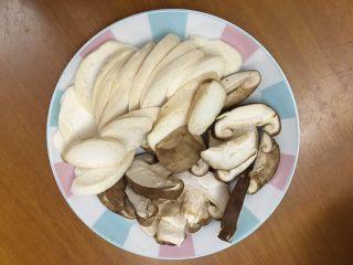 双菇炒热狗,将香菇和杏鲍菇洗净切片