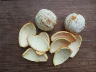 糖渍橙皮,橙子用盐搓洗干净后剥开,取橙皮