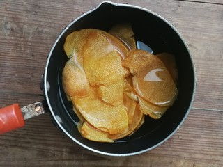 糖渍橙皮,处理好的橙皮加适量清水(配方外的水),在燃气灶上小火煮10分钟左右