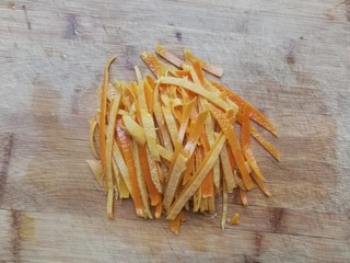 糖渍橙皮,将橙皮切成细条