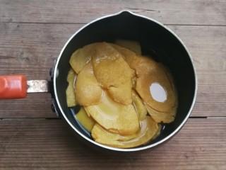糖渍橙皮,煮好的橙皮明显涨起来了,捞出橙皮,煮制是为了去除橙皮的苦涩味