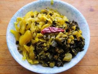 快手酸菜鱼 鱼肉鲜嫩酸菜爽口的宴客硬菜,切成细丝和片备用。