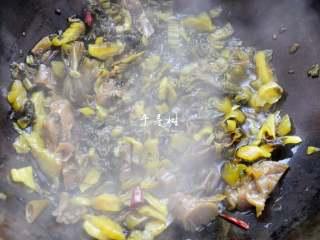 快手酸菜鱼 鱼肉鲜嫩酸菜爽口的宴客硬菜,炒3-5分钟,酸菜被炒透,酸爽的味道被炒出来。