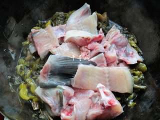 快手酸菜鱼 鱼肉鲜嫩酸菜爽口的宴客硬菜,这时候可以把鱼骨和鱼头倒进去一同翻炒。