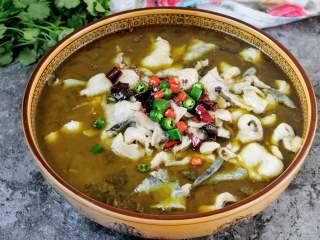 快手酸菜鱼 鱼肉鲜嫩酸菜爽口的宴客硬菜,喷香扑鼻酸辣爽口的酸菜鱼就做好了。