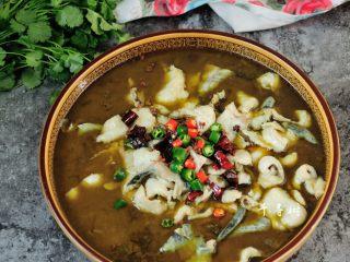 快手酸菜鱼 鱼肉鲜嫩酸菜爽口的宴客硬菜,最后再撒上几粒青红辣椒做点缀。
