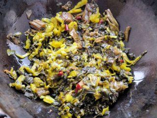 快手酸菜鱼 鱼肉鲜嫩酸菜爽口的宴客硬菜,锅内放油,量比平时炒菜稍微多点,油烧热后放鱼酸菜和酸菜鱼调料包炒。