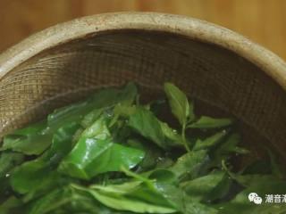 枸杞叶瘦肉汤,❥ 将摘好的枸杞叶洗干净,反复清洗3遍后,放置一旁,沥干,待用
