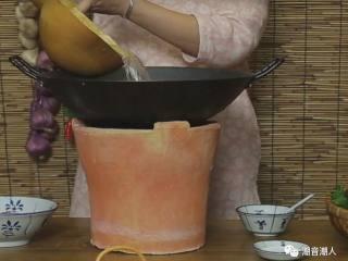 枸杞叶瘦肉汤,❥ 热锅,倒入适量的水,盖上锅盖