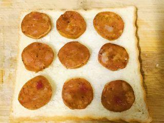 简易吐司披萨,烤好的香肠放在吐司片上,如图排列一下。