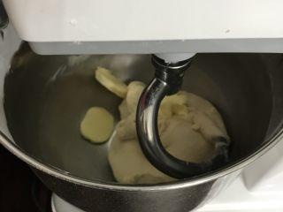 奶香豆沙小餐包,加入软化的黄油
