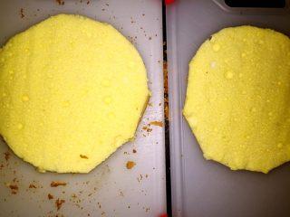 草莓慕斯(8寸生日蛋糕),将蛋糕对剖成厚度均匀的两片备用