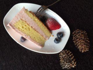 草莓慕斯(8寸生日蛋糕),戚风蛋糕的软糯与慕斯液的丝滑层层叠叠相互缠绕,味道鲜美至极哦