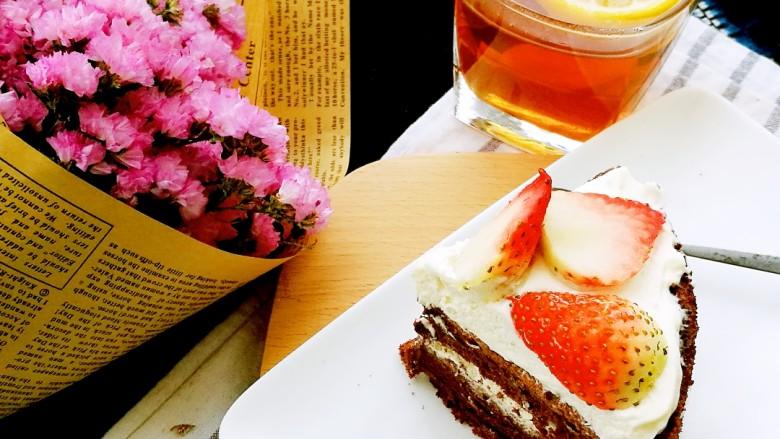 柠檬生姜蜜红茶 预防冬季感冒,搭配一块自己做的草莓可可蛋糕,就是美味下午茶啦。
