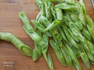 橄榄菜豆角,豆角斜切切成小小段