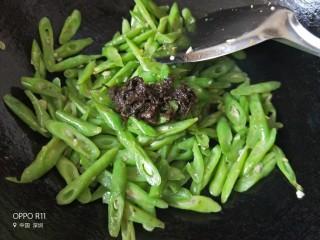 橄榄菜豆角,水差不多焖干时打开锅盖翻炒几下,加入一大勺橄榄菜