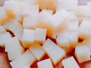 特色小吃米豆腐,切小块