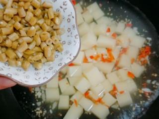 特色小吃米豆腐,再加酸豆角在煮两分钟即可