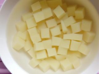 特色小吃米豆腐,放入清水里泡几分钟