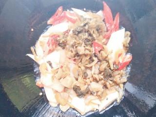 纸包烤鱼,再放入酸菜和酸萝卜一起翻炒均匀!