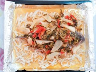 纸包烤鱼,等汤汁烧开熬个两三分钟,然后把炒好的配料倒入烤盘里的鱼身上!